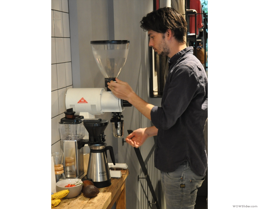 After rinsing the filter paper in the Chemex, it's time to check the setting on the EK-43.