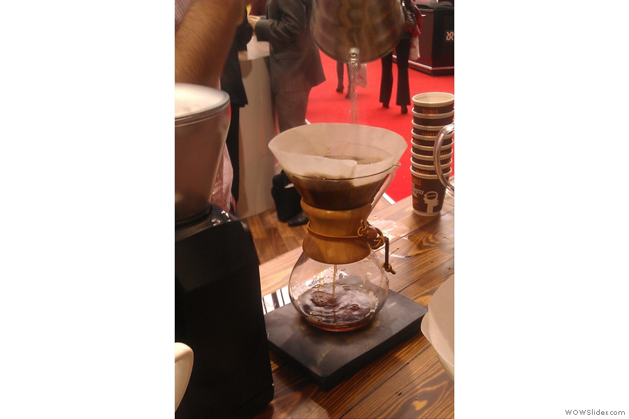 As with the pour-over, a high arc is essential for the main pour to allow a thorough mixing of the grounds and the water.