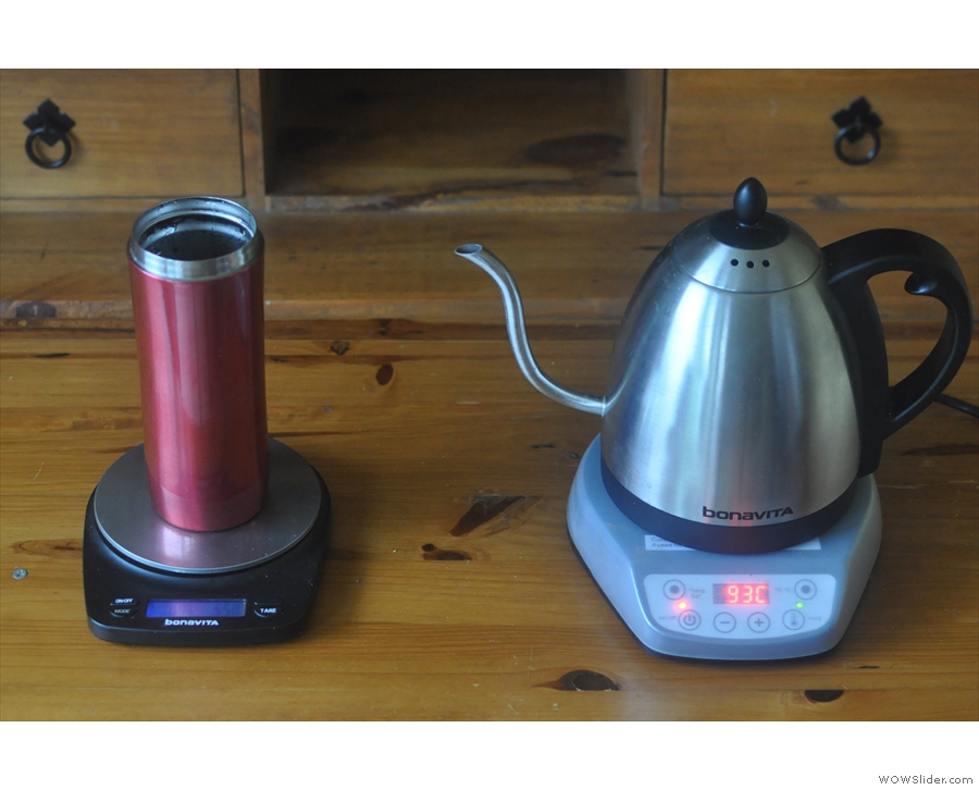 Both the red and green lights come on: the kettle will now hold at the set temperature.