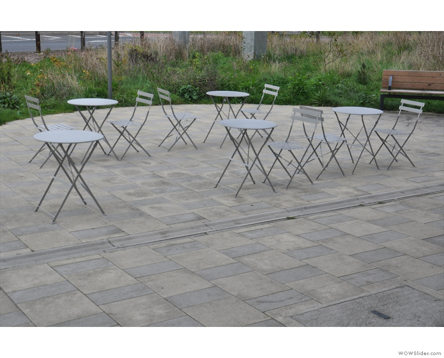 ... while on the other side of the broad pavement, there are some more tables & chairs.