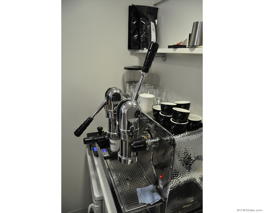 As the coffee begins to extract, so the lever slowly returns to the upright position.