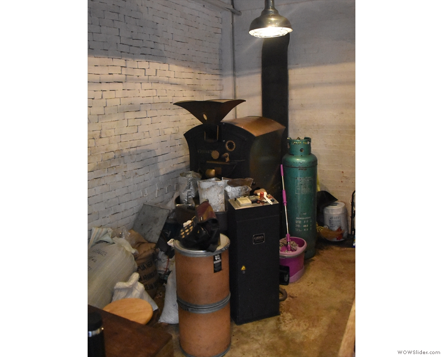 This isn't just a coffee shop, it's also Ristr8to's roastery, with this Gieson in the corner.