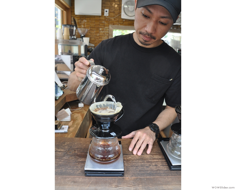 There is one final pour, again filling the V60 close to the brim...