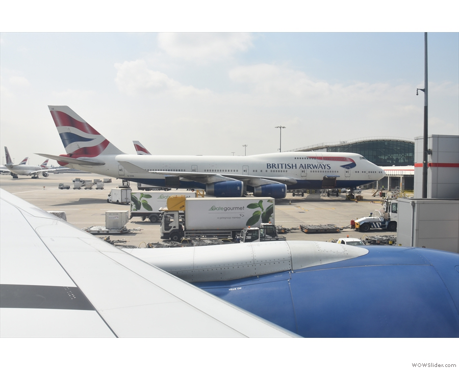 ... from the stand and taxiiing past the other gates. Sadly that's not the 747 I saw land.