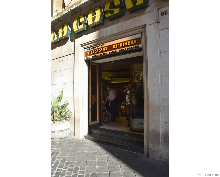 There are a number of doors, including the one on Via dei Pastini and this at the front.