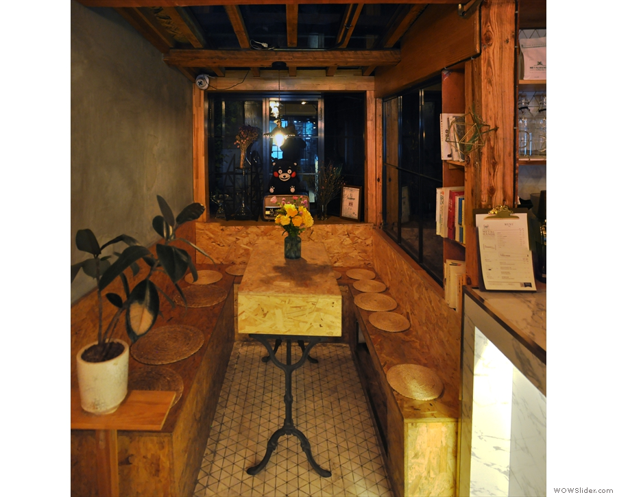 ... there's this alcove/extension, with an n-shaped bench around a central table.