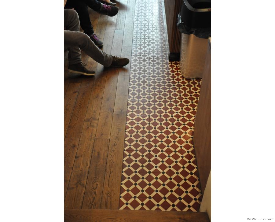 Lovely tiling/wooden floorboards.