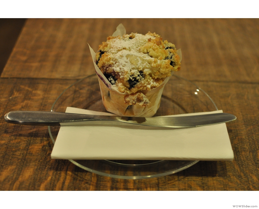 The famous blueberry & custard muffin. Normally I'd just bite into it, but this meritted a knife.
