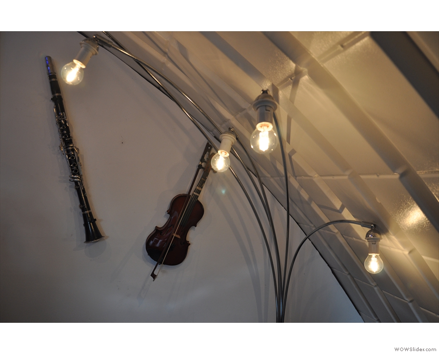 Just as in the Doctor Espresso Caffettiera, there are musical instruments on the walls.