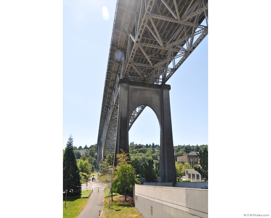Back at the Aurora Bridge, there's still plenty of time before the parade.