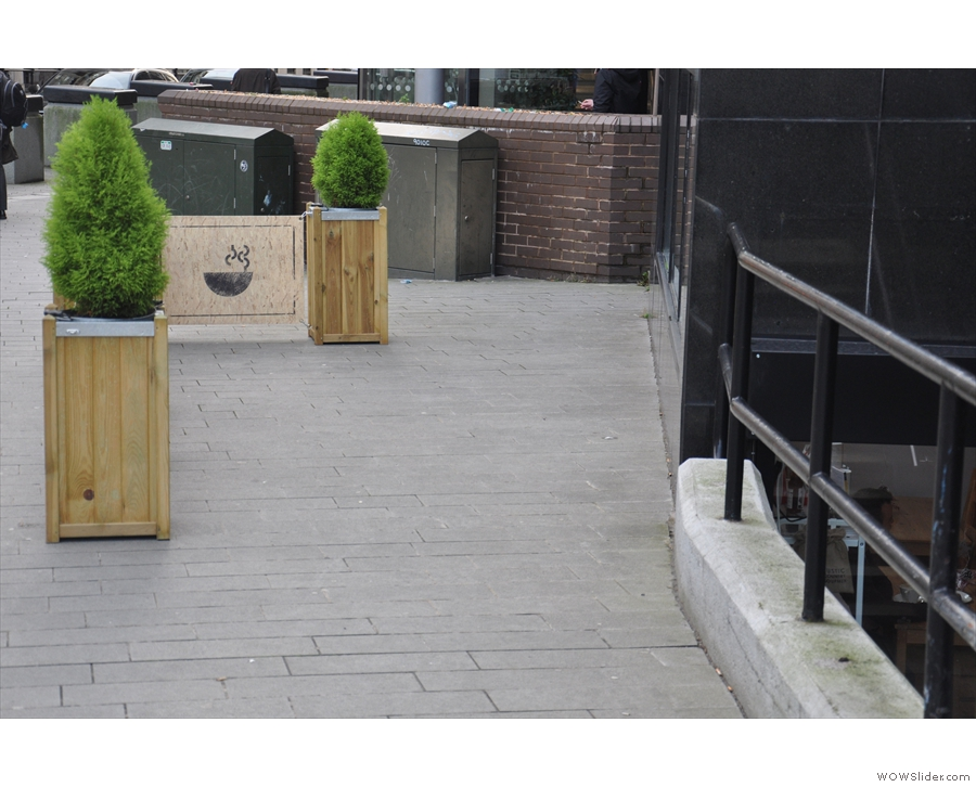 The planters screen off the outside seating, not much in evidence durng my December visit!