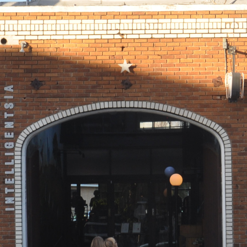 The brick arch leading to the front of the Intelligentsia coffee bar on Abbot Kinney Boulevard in Venice, Los Angeles.