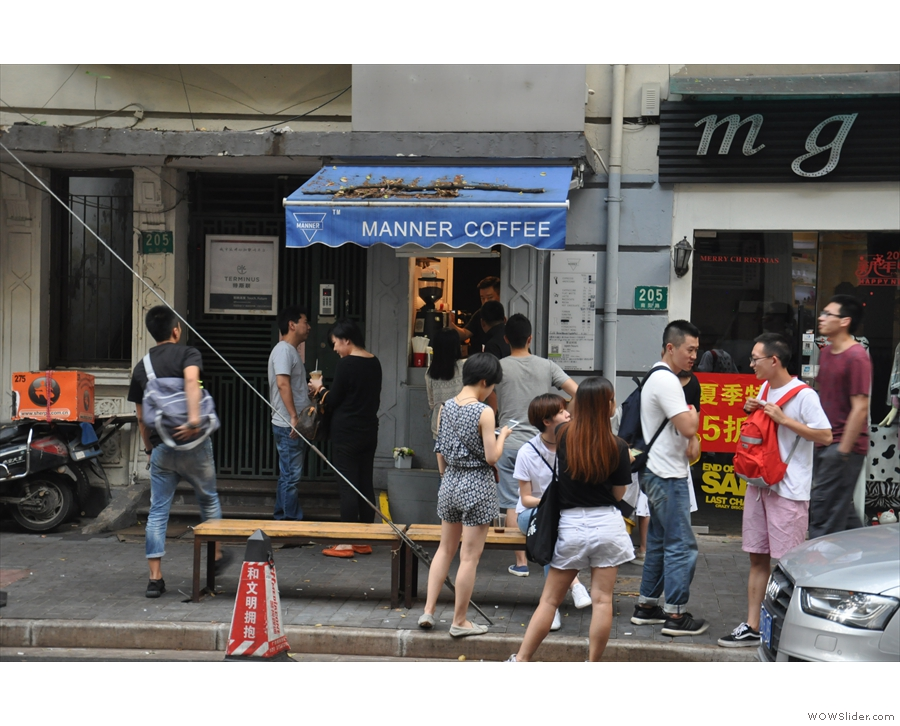 Why has this crowd gathered on Shanghai's Nanyang Road? Because of Manner Coffee!