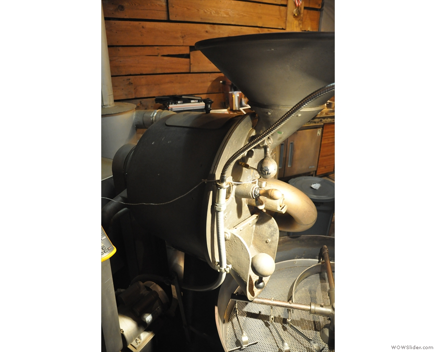 Although it doesn't look big enough, the roaster is in fact a 10kg model.
