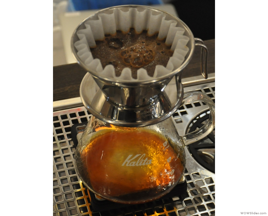 It's left to bloom for 30 seconds. I love watching freshinly-roasted coffee bubbling away :-)