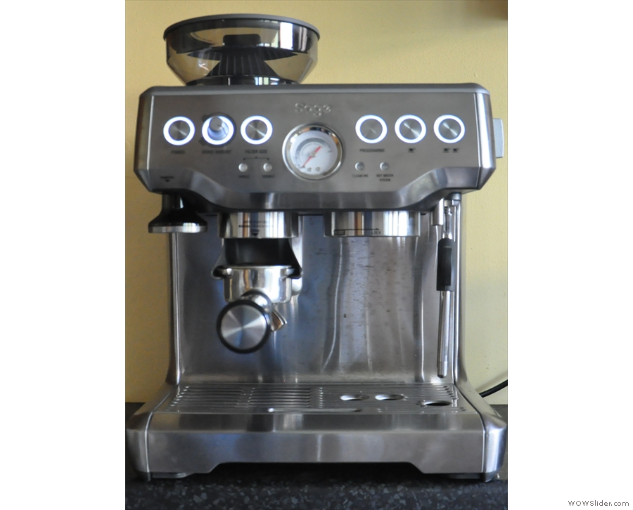 You can control the amount of ground coffee delivered using the rotatary knob above.