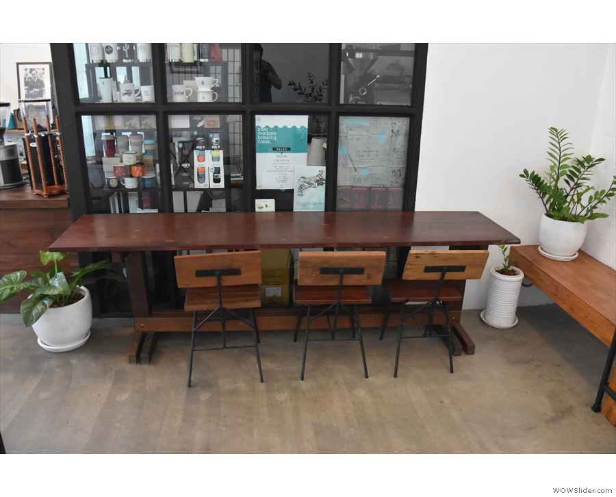 ... while at the back on the left, beyond the counter, is this broad three-seat table.