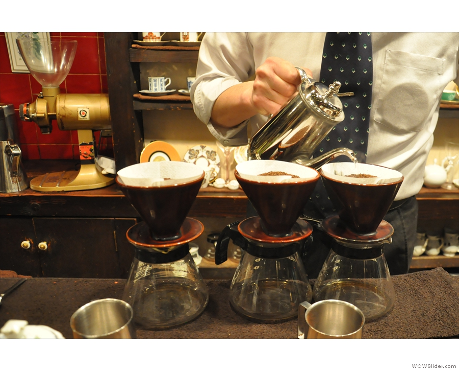 During my visit in 2017, three pour-overs were being made in one go, each for 2+ people.