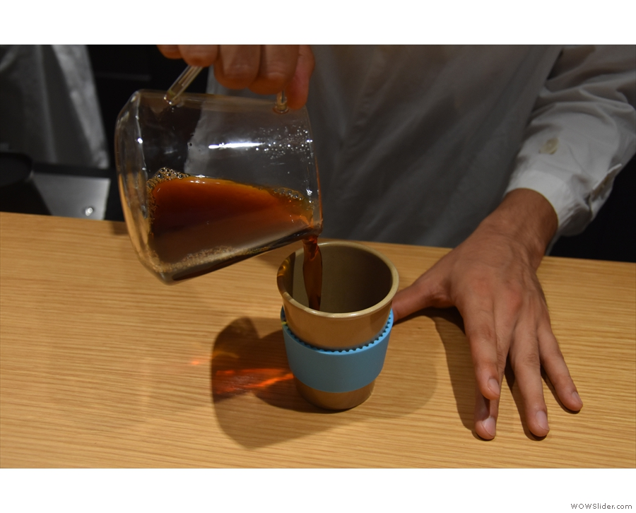 Once the brewing is finished, the coffee is poured into the pre-warmed cup.