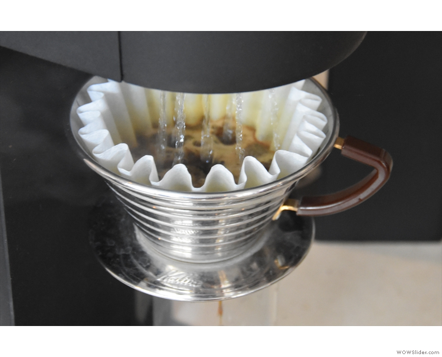Using a Kalita Wave filter (in this case), the SP9 is a fully-automated pour-over system...