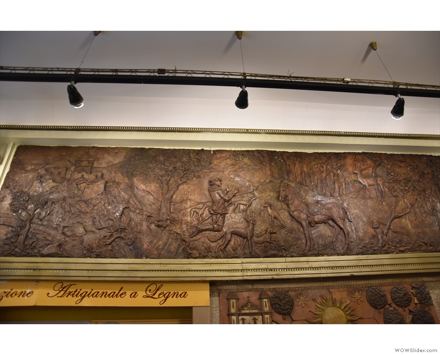 ... with this frieze above it.