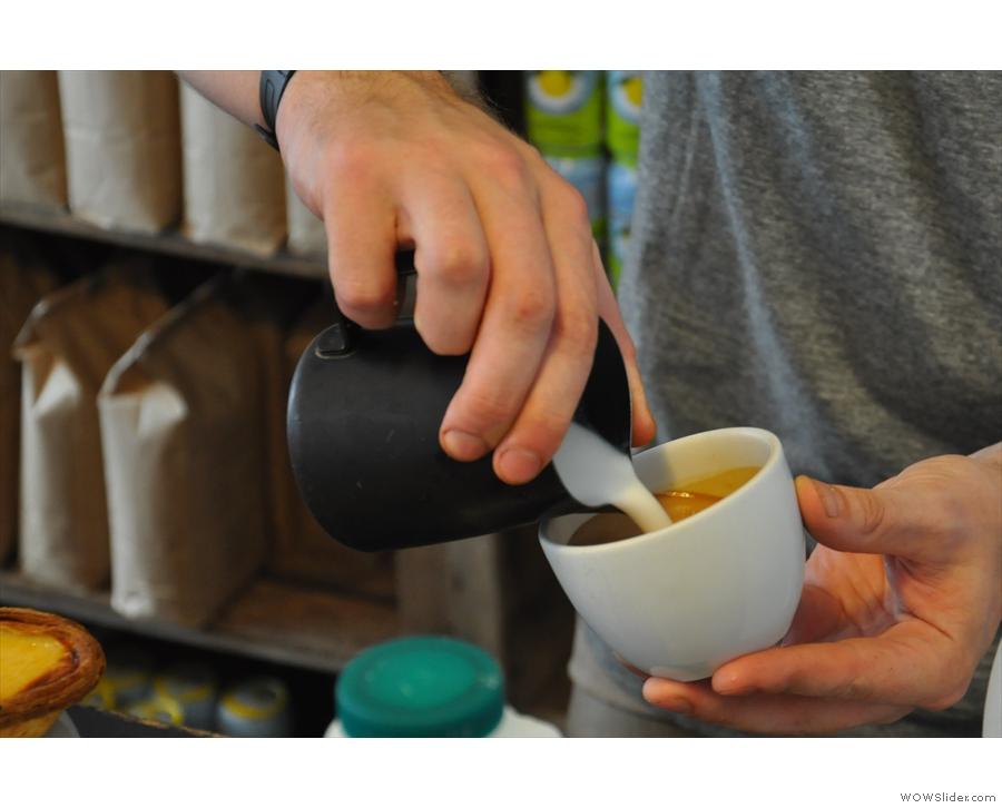 Latte art: the pour (2/5)