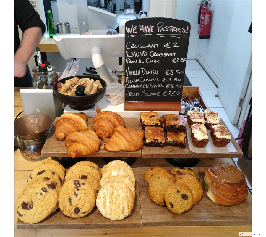 To business: the till, where you order (and pay on leaving) is surorunded by cakes/pastries.