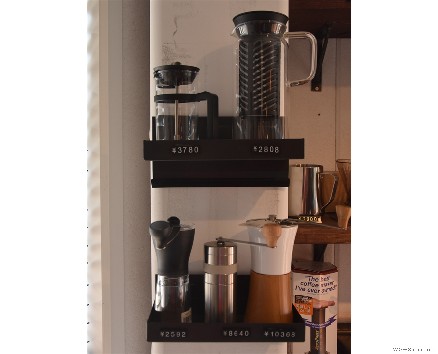 ... while off to the side are various grinders and cafetieres.