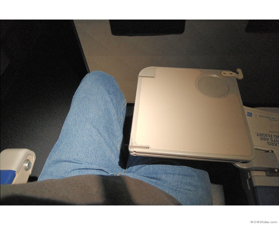 ... and a generous-sized table which lifted out of the central armrest...