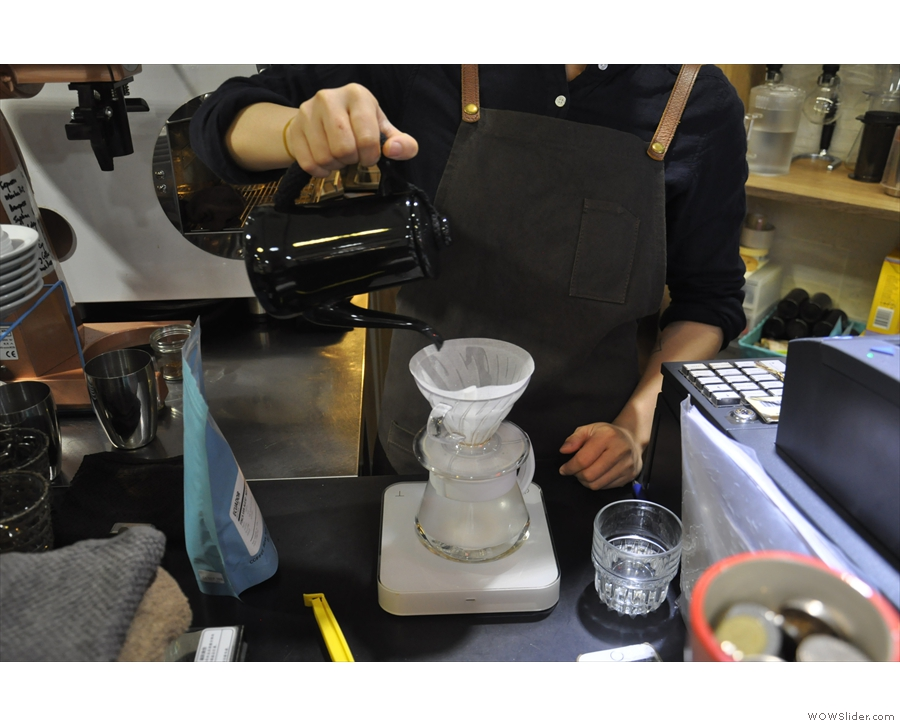 This is an example of the weight-in method, using the V60. Step one, rinse the filter paper.