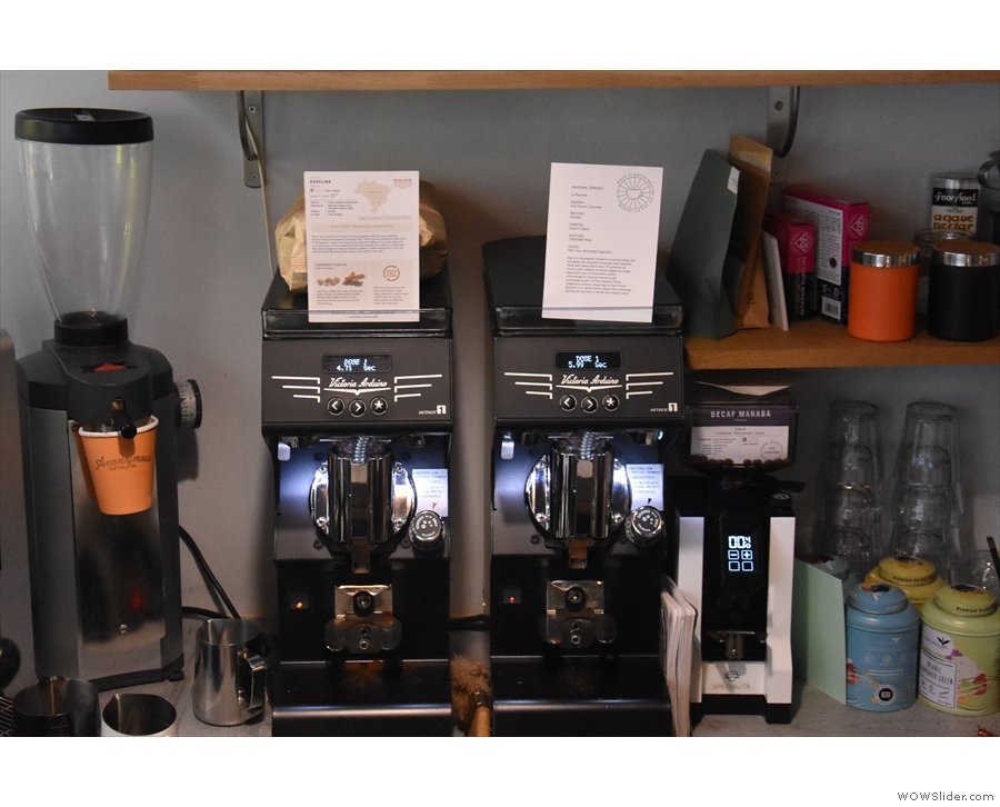 Details of the espresso options, 'comfort' and 'adventure', are displayed on the grinders.