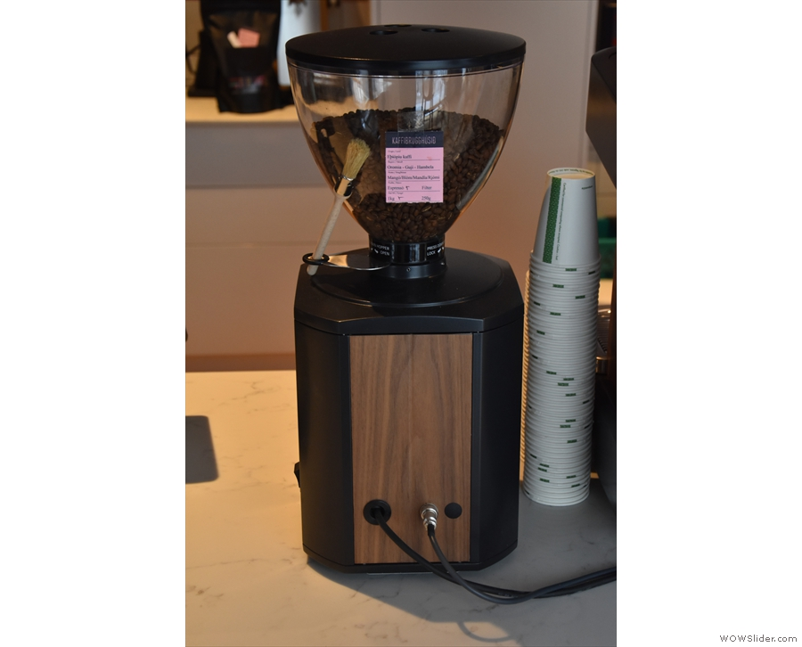 The grinder is connected to the machine and gets feedback about extraction times.