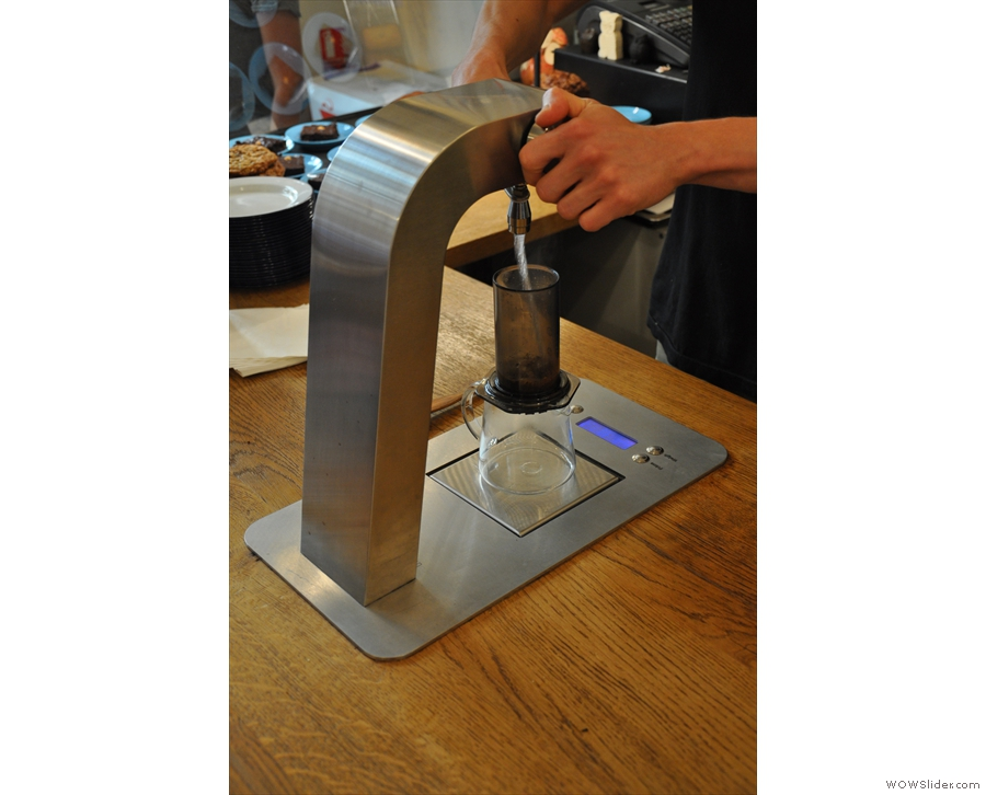 Telescope employs a single-pour method, not leaving the coffee to bloom.