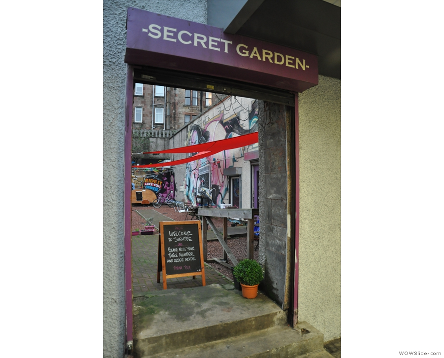 ... but if you come from the metro, the first thing you find is the 'secret' garden!