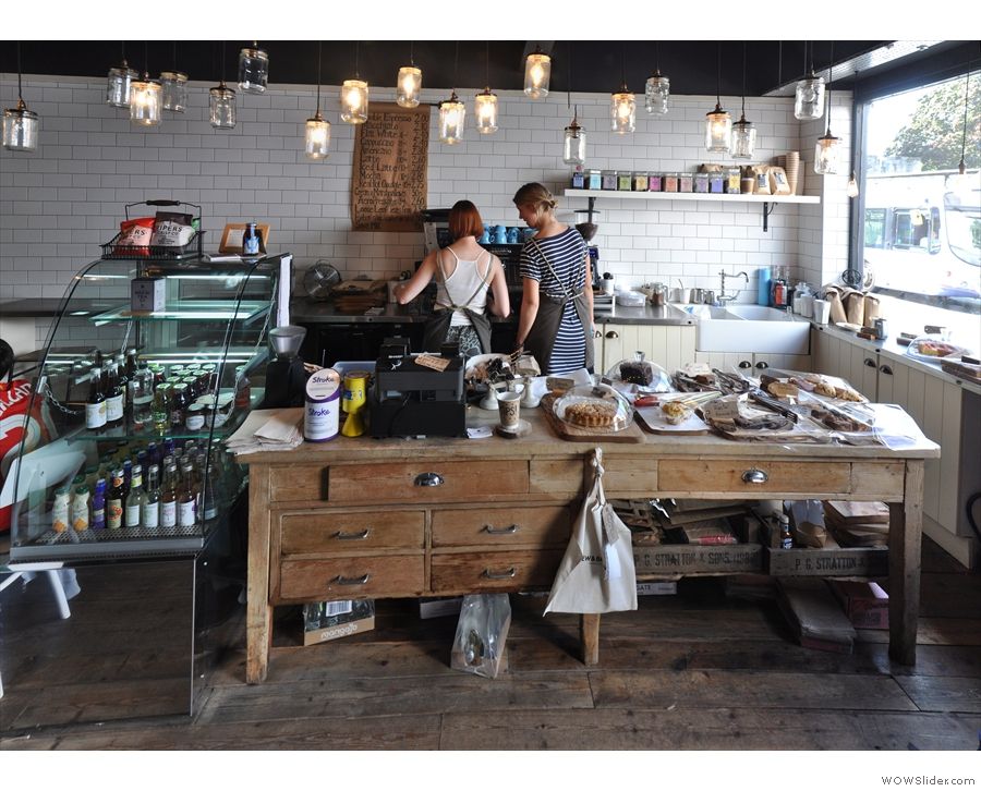 The main focus in Brew & Brownie is the lovely counter, an old kitchen table/range...