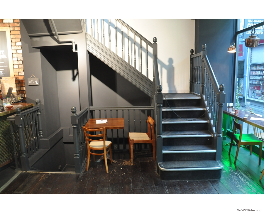 Those stairs look interesting... On the left, it's down to the toilets (sadly no basement)...