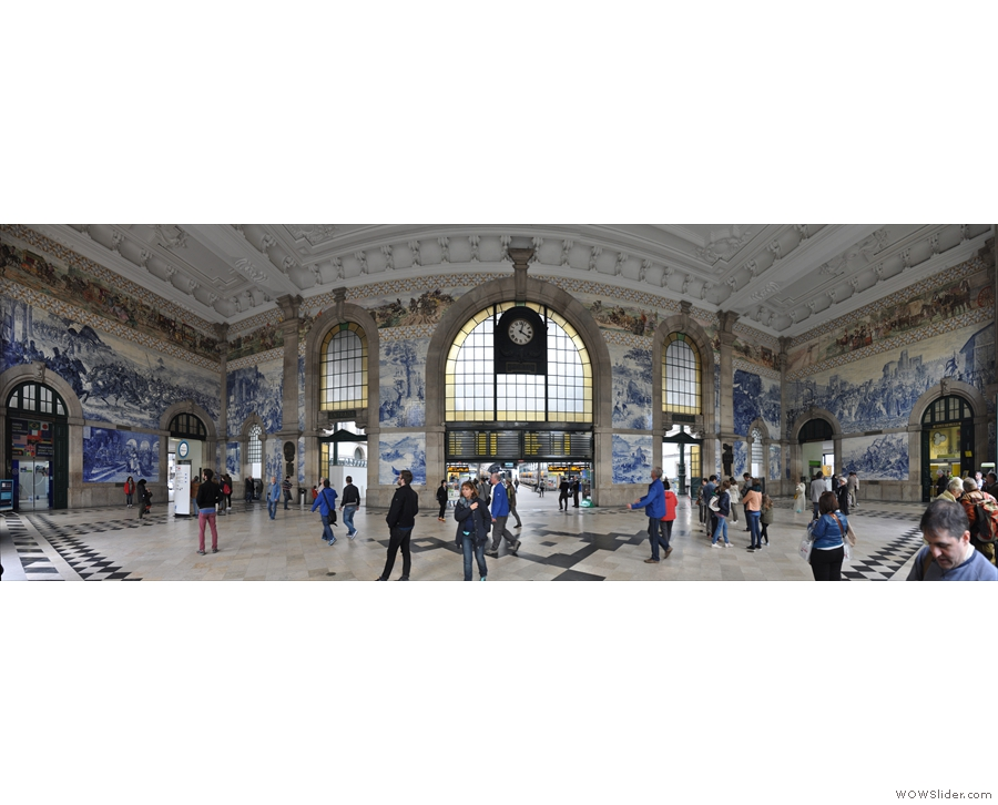 Some of the buildings also have tiles on the inside as well, like this one. It's São Bento Station. Yes, that's right, it's a station! Why can't our stations be this pretty?